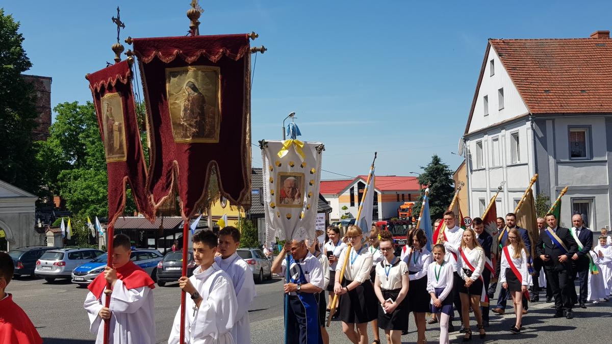 Procesja z domu neoprezbitera i poświęcenia Krzyża przy kościele św Mikołaja_11