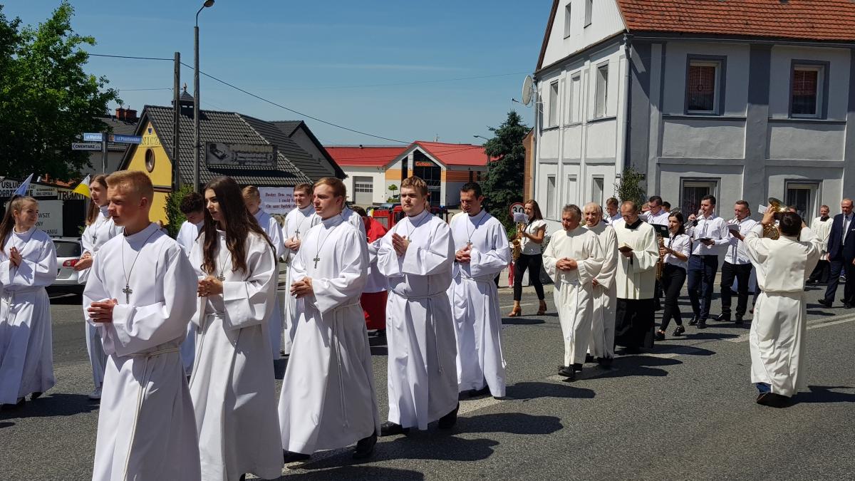 Procesja z domu neoprezbitera i poświęcenia Krzyża przy kościele św Mikołaja_17