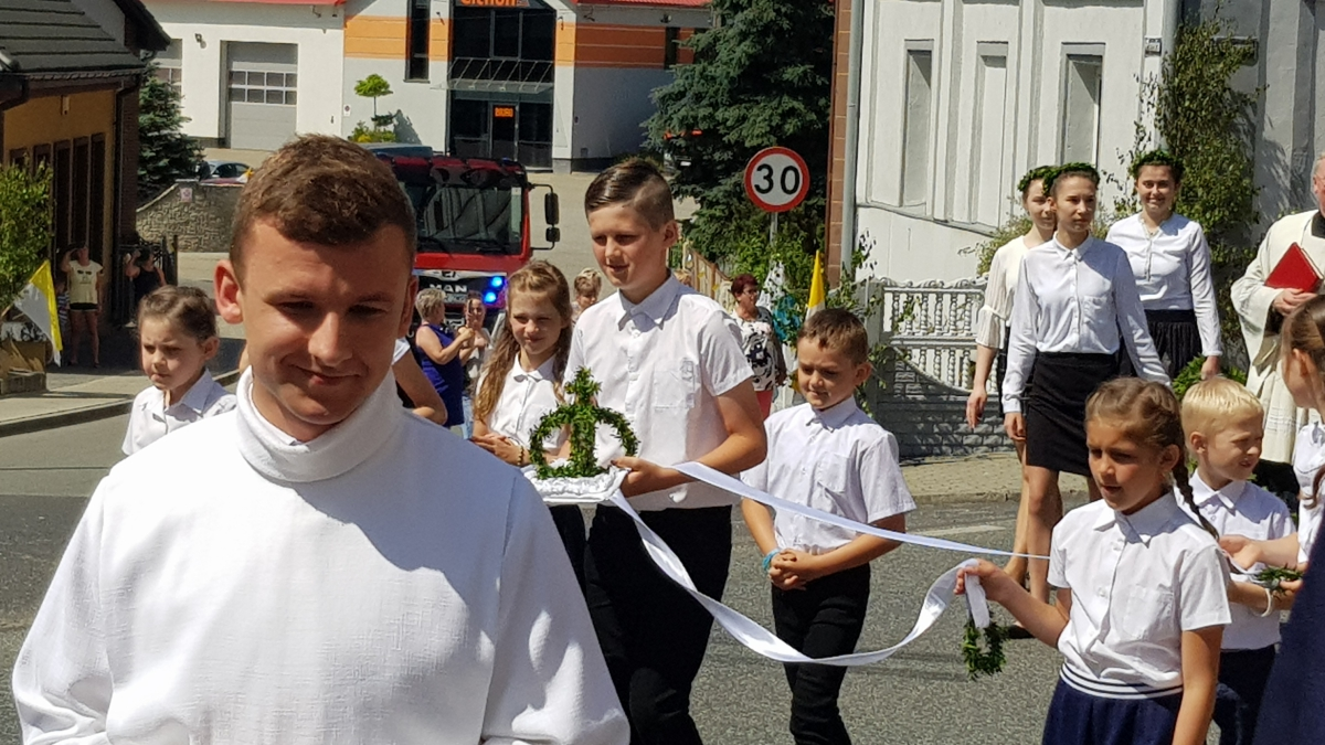 Procesja z domu neoprezbitera i poświęcenia Krzyża przy kościele św Mikołaja_20