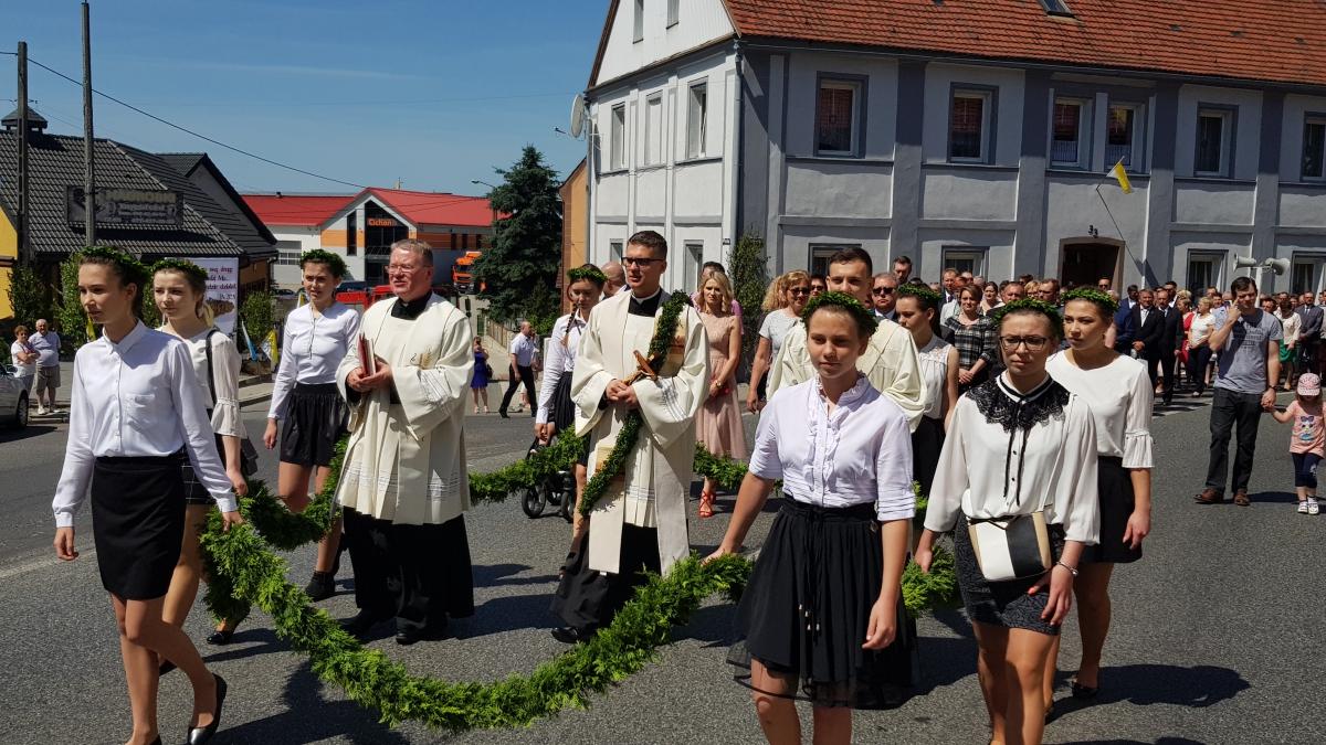 Procesja z domu neoprezbitera i poświęcenia Krzyża przy kościele św Mikołaja_23