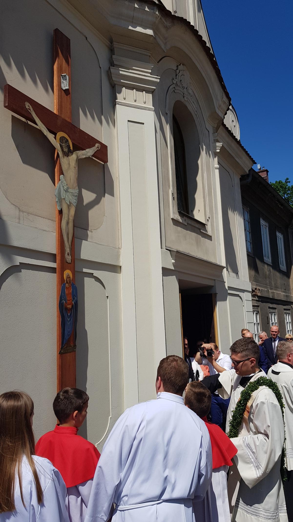 Procesja z domu neoprezbitera i poświęcenia Krzyża przy kościele św Mikołaja_5