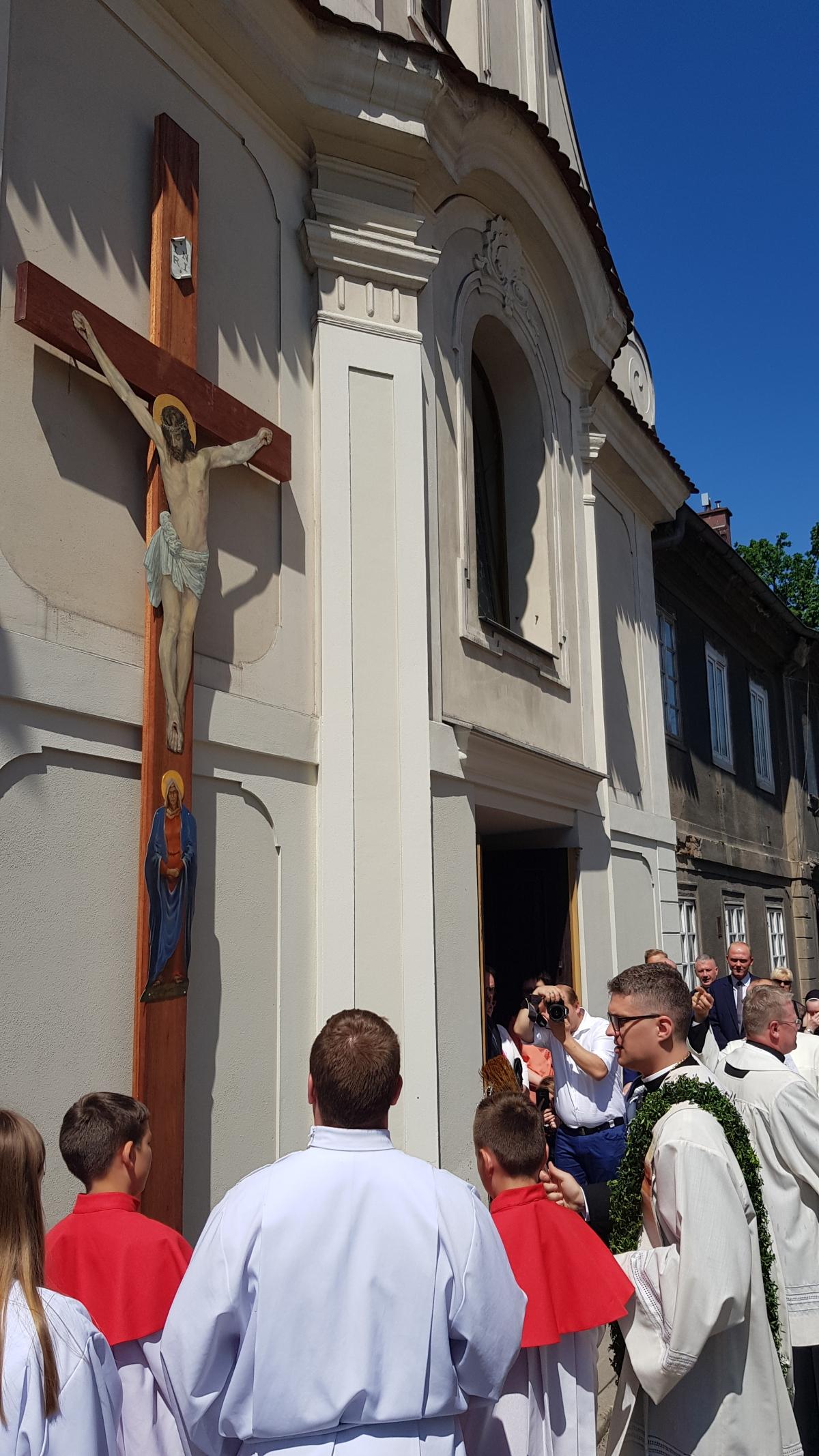 Procesja z domu neoprezbitera i poświęcenia Krzyża przy kościele św Mikołaja_7