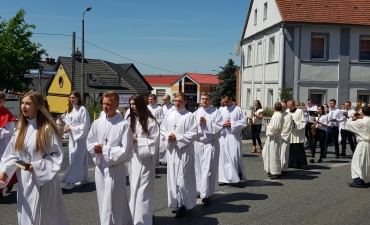 Procesja z domu neoprezbitera i poświęcenia Krzyża przy kościele św Mikołaja_16