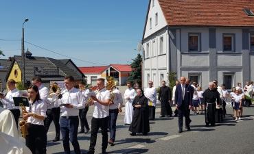 Procesja z domu neoprezbitera i poświęcenia Krzyża przy kościele św Mikołaja_18