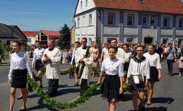 Procesja z domu neoprezbitera i poświęcenia Krzyża przy kościele św Mikołaja_24