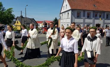 Procesja z domu neoprezbitera i poświęcenia Krzyża przy kościele św Mikołaja_25