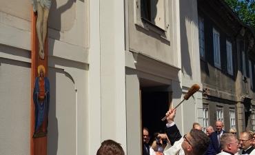 Procesja z domu neoprezbitera i poświęcenia Krzyża przy kościele św Mikołaja_4